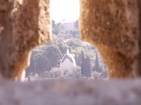 כנסיית דומינוס פלביט שבהר הזיתים דרך חלון בהר הבית