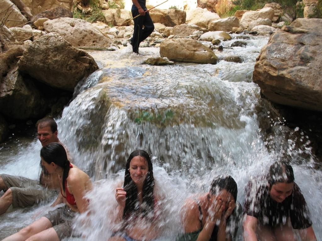 מפל מיים מדליק בנחל בירדן