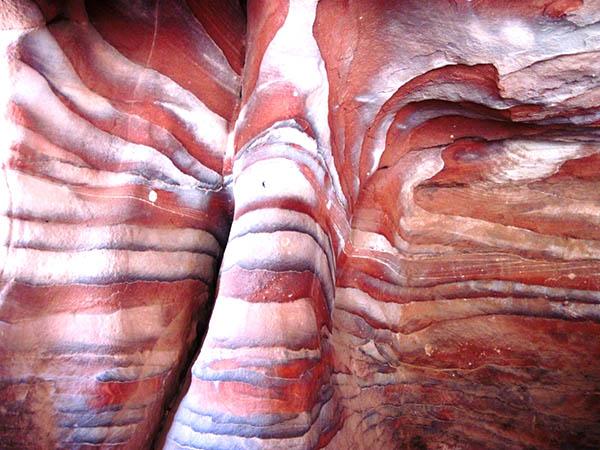 אבן חול צבעונית בפטרה